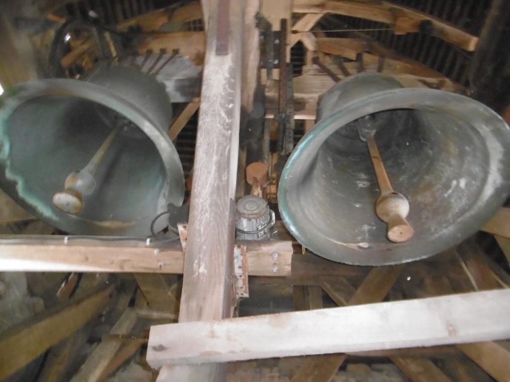La grosse cloche de l'église date de